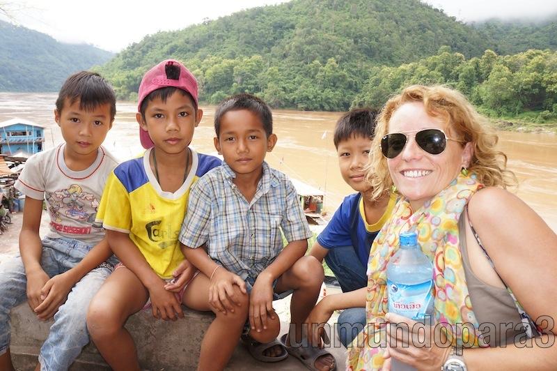 Con los niños de Pakbeng