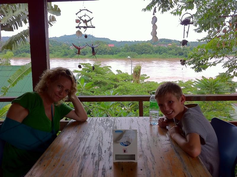Almorzando después del susto con vistas a Laos