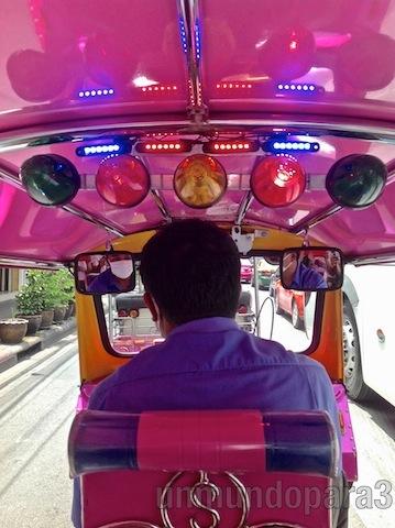 Conductor de tuk-tuk en Bangkok