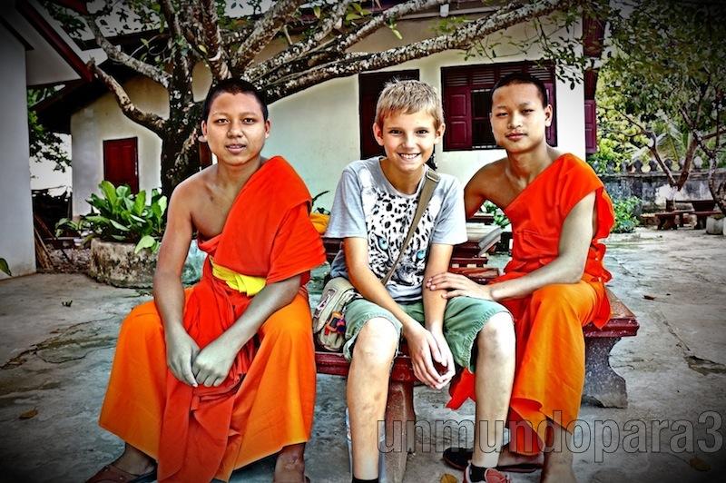 Con monjes budistas en Luang Praban, Laos