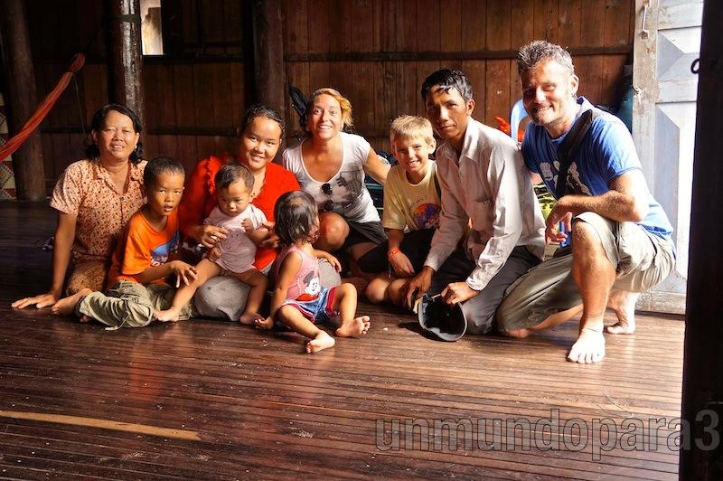En casa del chofer del tuk-tuk, con la familia