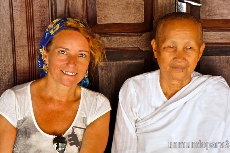 Con monjas del templo Phnom Sambock