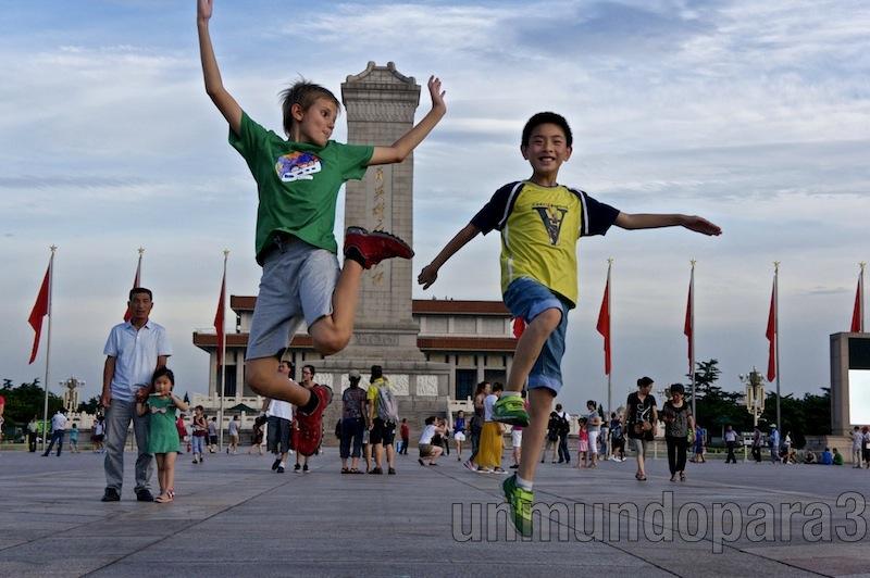 Saltando con amigos en Tiananmen, Beijing