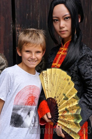 Alvaro con chica con vestido típico