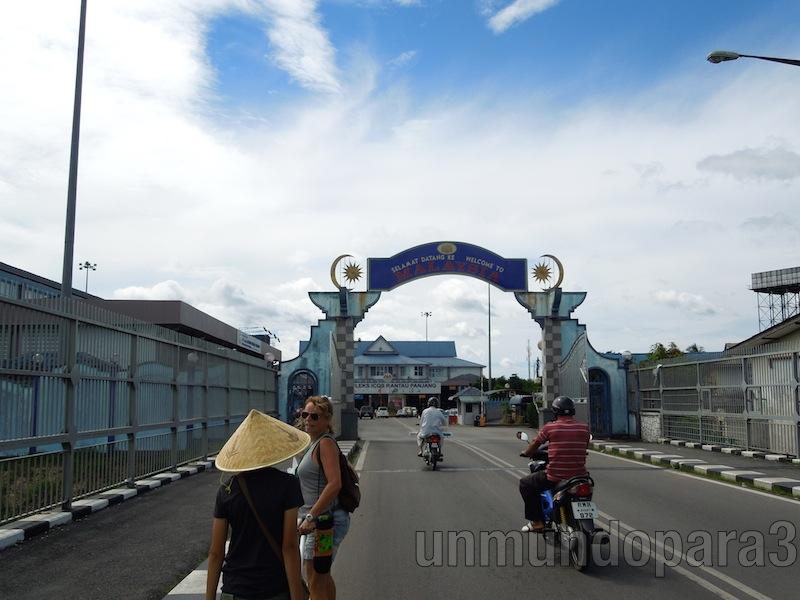 A pocos pasos de entrar en Malasia. Frontera cruzada