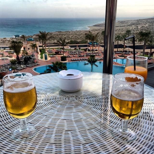 Aperitivo al atardecer en el @H10_Hotels Costa Esmeralda #Fuerteventura #oasisparkexperience