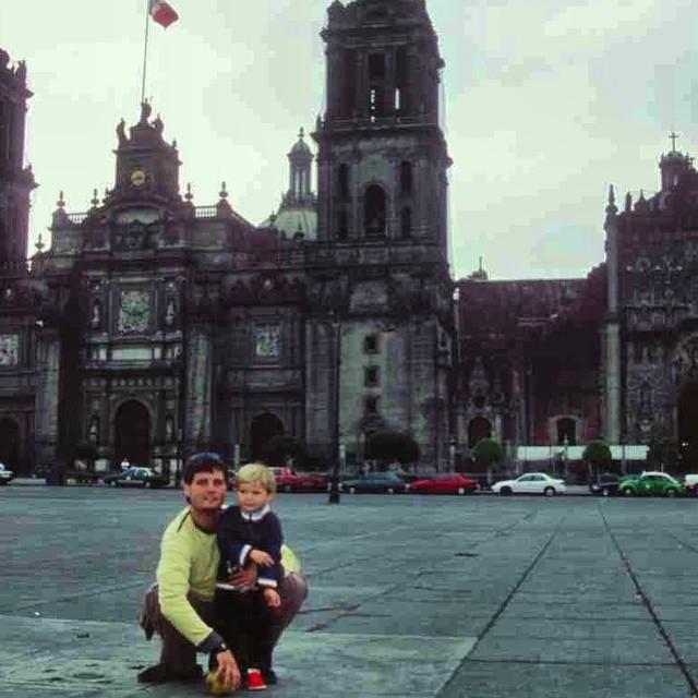Alvarito y papi jugando al #futbol en La Plaza del Zocalo en #MexicoDF recuerdos de nuestro gran viaje por este maravilloso país! #Mexico #America #viajacontuhijo #viajesenfamilia #travelwithkids