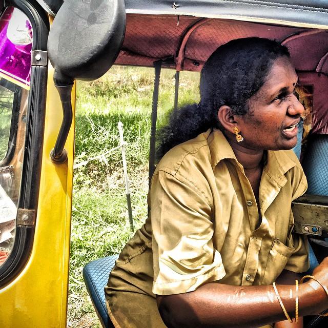 Negociando con conductora de tuk-tuk en #Kerala #keralablogexpress #India #Indian #travel #viajar #Kochin #Kovalam #instagood