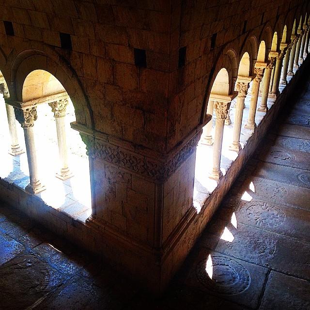 Sol y sombra en la Catedral de #Girona #europara3 #viajaenfurgo #viajarconniños #viajesenfamilia
