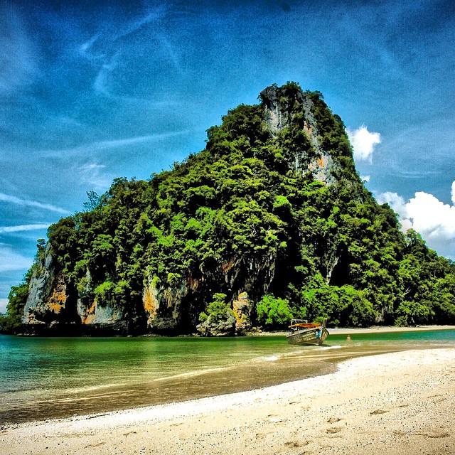 Buenos días y feliz jueves a todos!! Os dejamos con el #paraiso del Mar de Andamán en #Tailandia un lujo para los sentidos!! #playa #beach #paradise #pics #photo #instagood #instagram