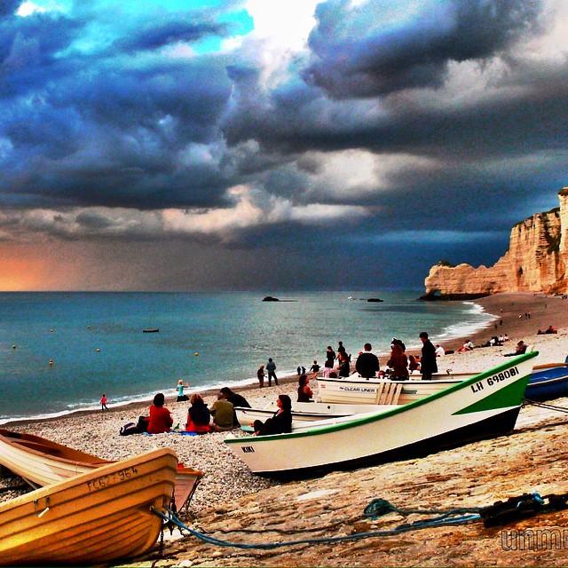 Aceptamos el reto de @imaginafrancia con esta tarde de tormenta en #Etretat #francia #viajesenfamilia #viajaenfurgo