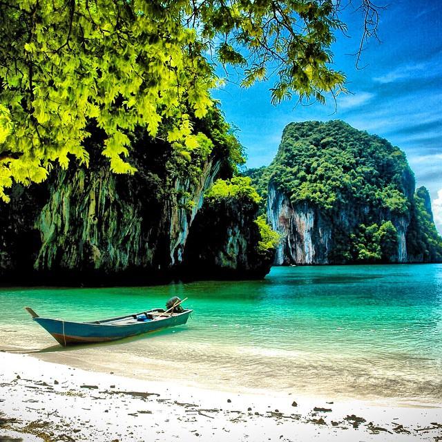 Buenos días amigos, hoy amanecemos con esta preciosidad del Mar de Andamán #Tailandia para desearos una Semana Santa cargada de viajes! #Tai #travel #tropical #travelwithkids #viajacontuhijo #viajesenfamilia #paraiso #beach #playa #Asiapara3 #Krabi