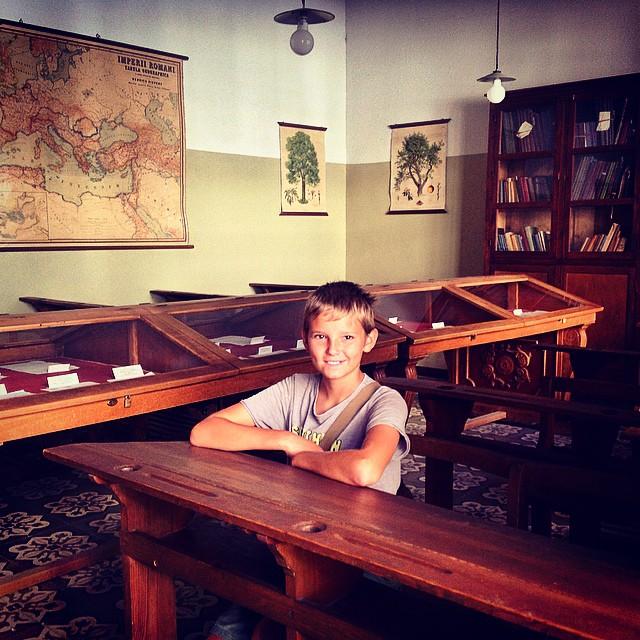 @alvaro417 un alumno en el aula de la universidad de #baeza donde el ilustre @antoniomachado dio clases de francés #europara3 #jaen #viajesenfamilia #viajaenfurgo #viajaeducando #viajarconniños