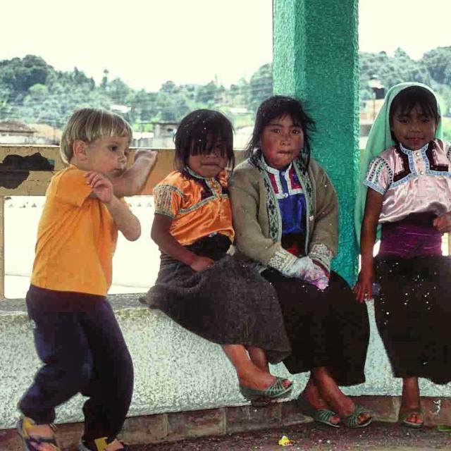 Recuerdos de Alvaro jugando con niños mexicanos, #SanJuanChamula #Chiapas #Mexico #viajacontuhijo #travelwithkids #viajesenfamilia #año2004 #sinfiltros #auténtica
