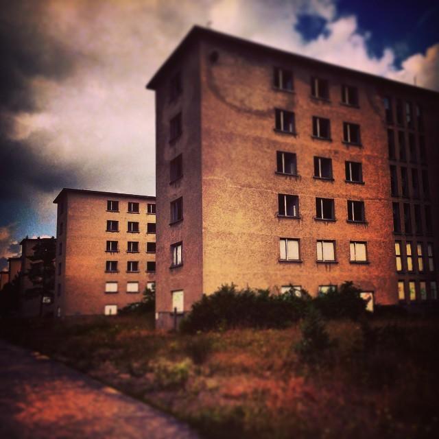 Prora es historia! http://www.unmundopara3.com/2014/10/31/prora-pasado-y-presente/ Quieres saber por qué? #Prora #Alemania#AlemaniaenBici #viajaeducando #viajesenfamilia