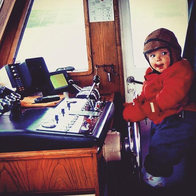 @alvaro417 con 18 meses pilotando la embarcación que nos llevaba por el Canal de Beagle #Ushuaia #Argentina #OtoñoAustral #2003 #America #viajacontuhijo #viajesenfamilia #travelwithkids #familias #niños