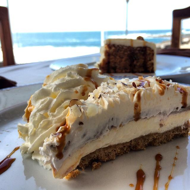 A quien no le apetece una tarta de plátano con vistas al mar? En El Restaurante Las Marismas en El Cotillo, #Fuerteventura lo puedes disfrutar. También puedes degustar el mejor pescado fresco y un lugar apto para #Celiacos, menús #SinGluten. #oasisparkexperience @oasisparkfuerteventura #food #viajesenfamilia #viajacontuhijo #viajarsingluten #beach #belleza #playa