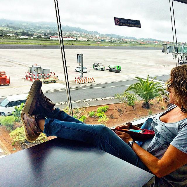 Esperar a que llegue mi avión es una de las cosas que más feliz me hace.  #viajesenfamilia #viajes #fly @panamajackboots