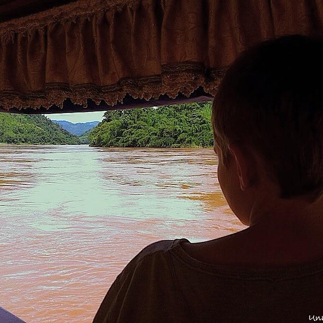 Lo más interesante de un viaje no es el destino en si, sino todo lo que se aprende en él. @alvaro417 #viajarcontuhijo #viajesenfamilia #Laos #Asiapara3 #Mekongriver