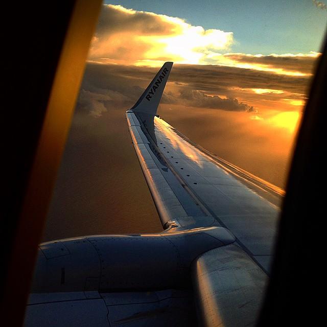 Estar por las nubes, no es lo mismo que estar en las nubes #viajar #clouds #sky #fly #sunset #sunrise