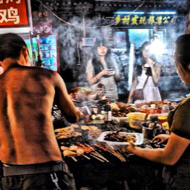 Mercado callejero en #China, preparando brochetas. #Asiapara3 #food #good #travel #Asia #viajar #viajesenfamilia #instagood #market #confiltros